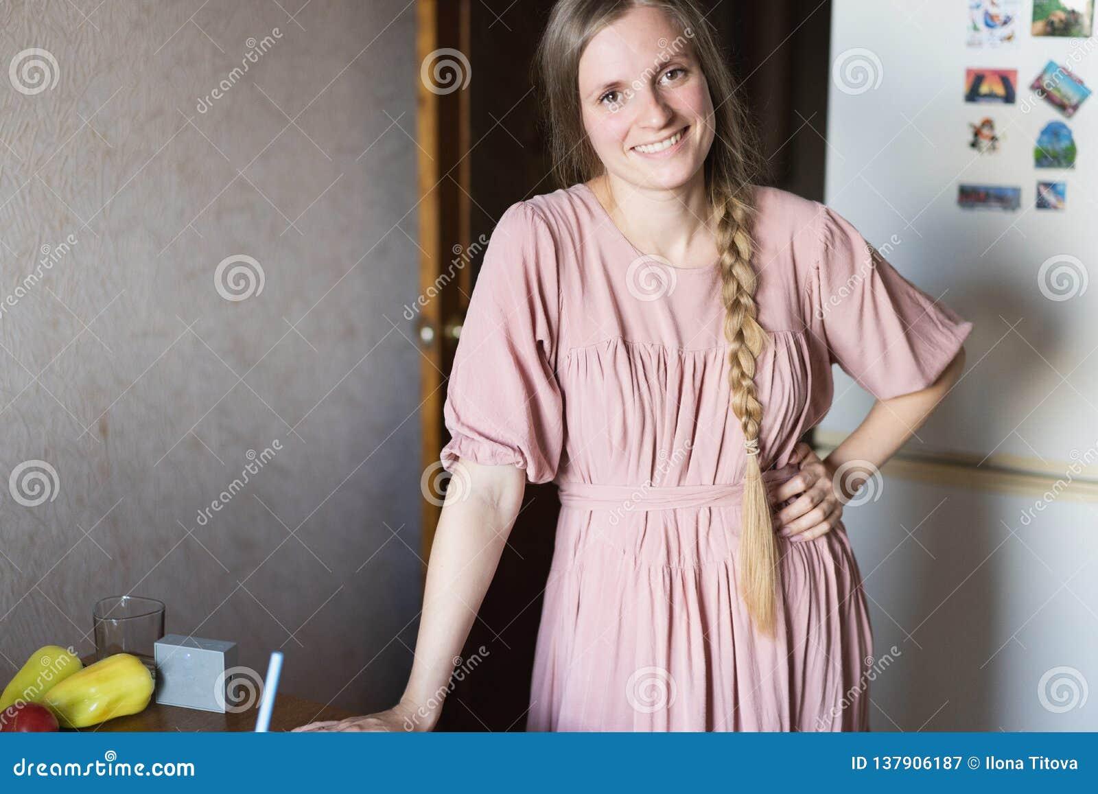 Śliczna uśmiechnięta dziewczyna w kuchni