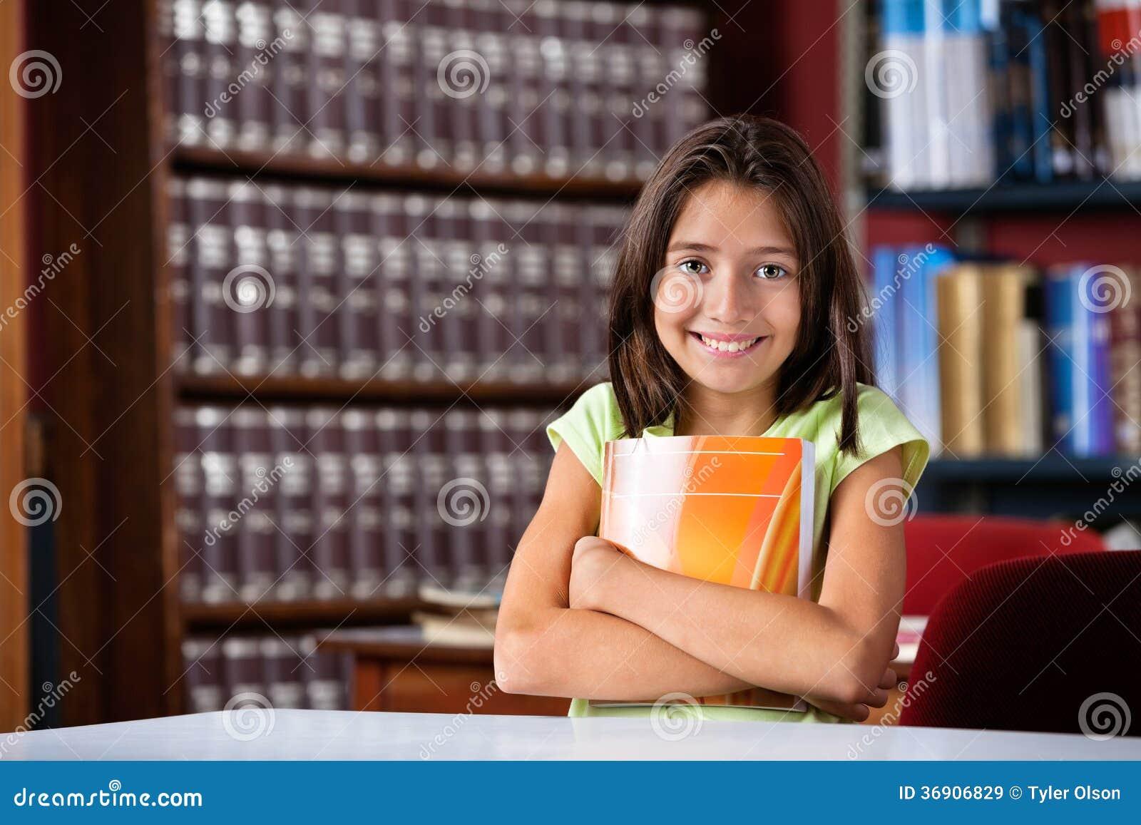 Śliczna uczennicy mienia książka Podczas gdy Siedzący Wewnątrz