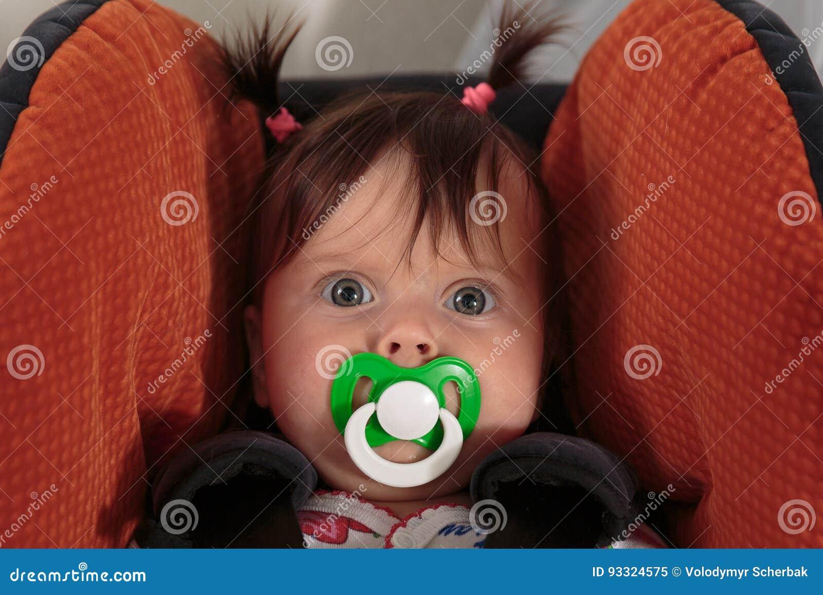 Śliczna urocza dziewczynka z dziecka ` s atrapą