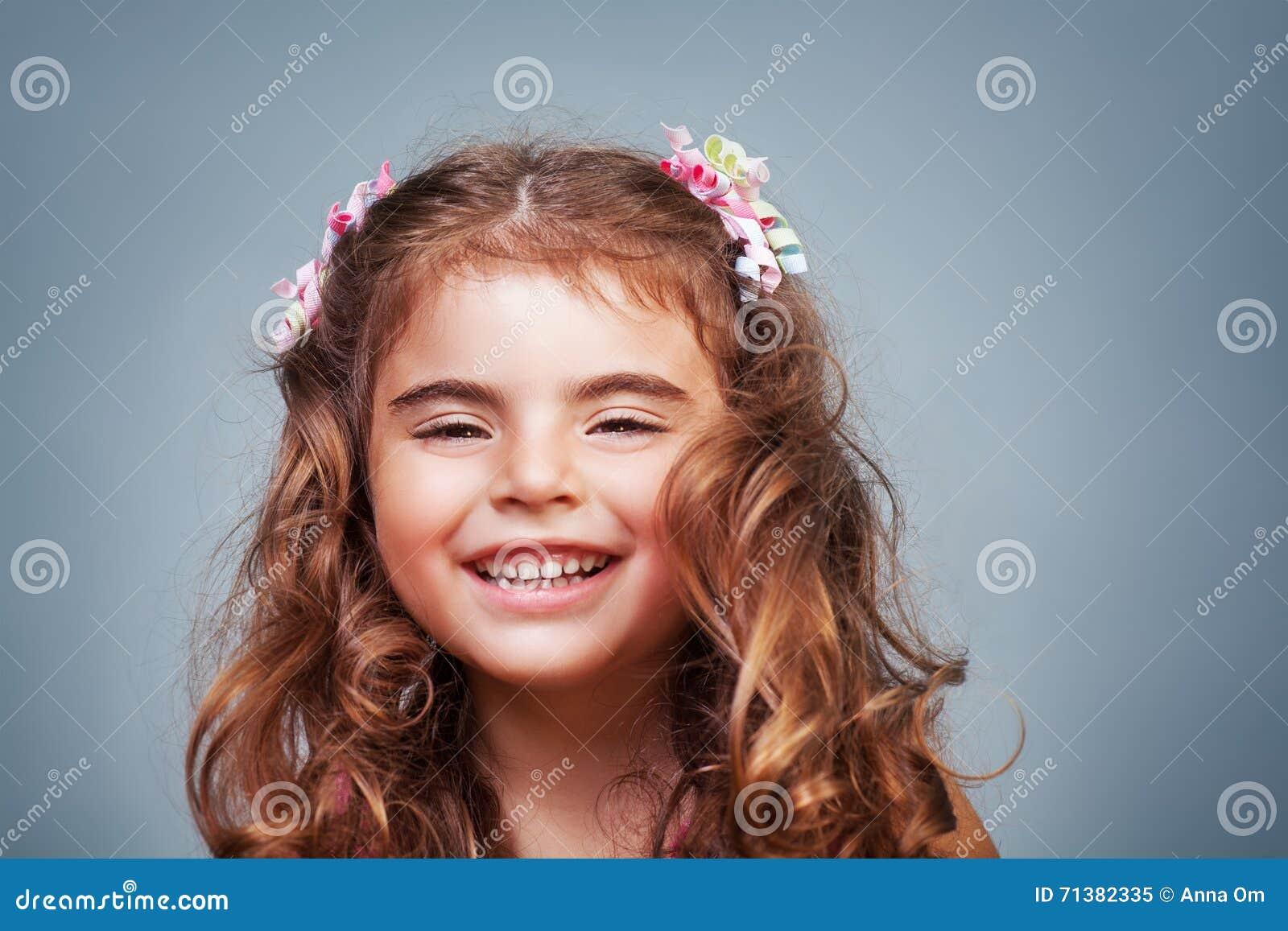 ślicznej dziewczyny szczęśliwy mały
