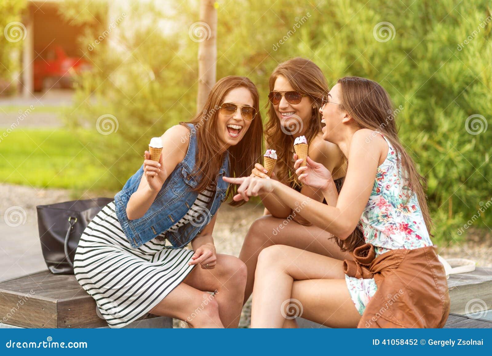 3 ślicznej kobiety, lody bawialnie, podczas gdy śmiający się
