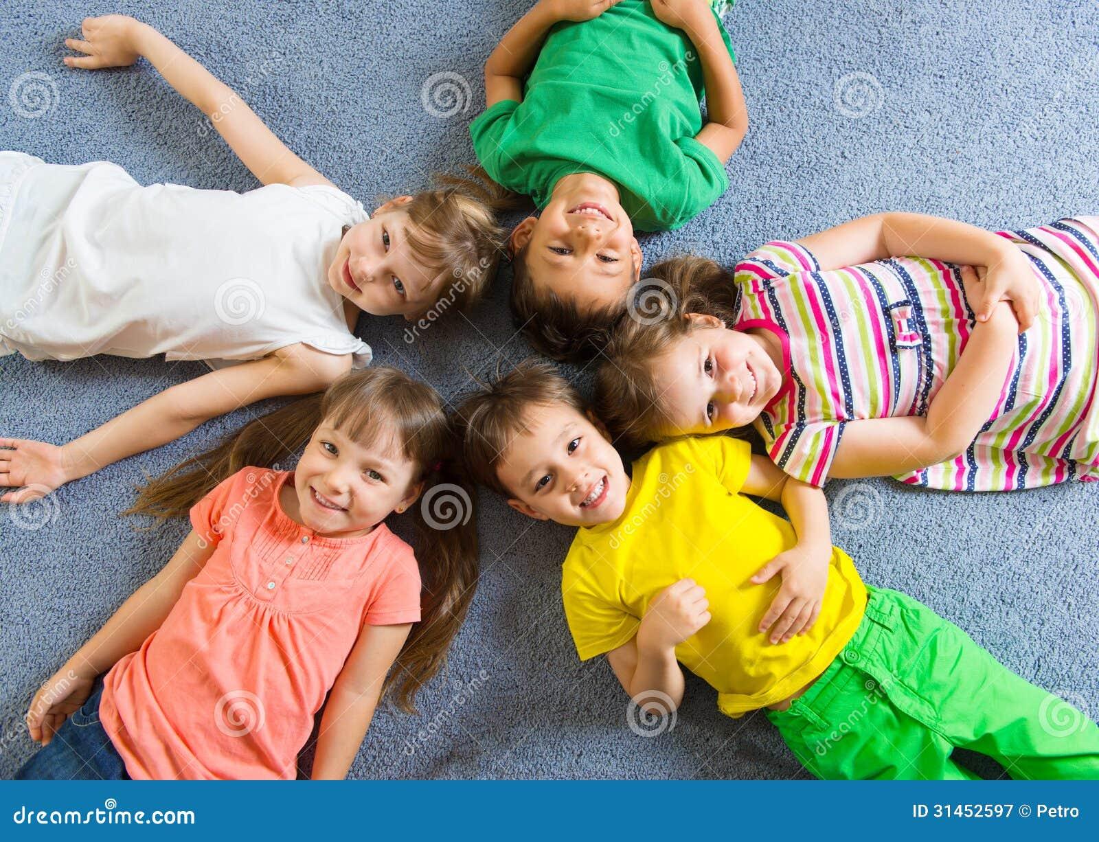 Śliczni małe dzieci kłama na podłoga