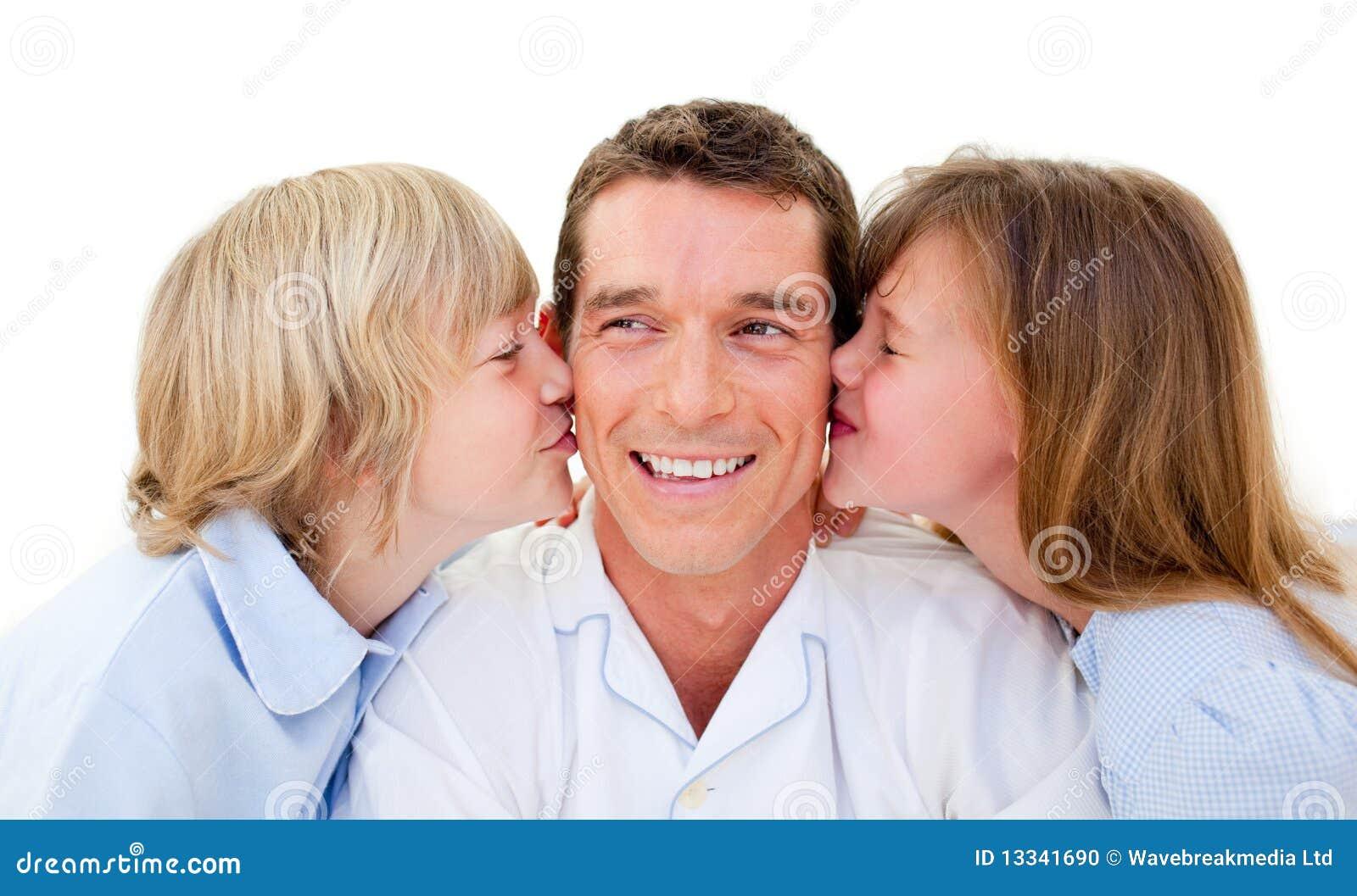 śliczni ojca całowania rodzeństwa ich