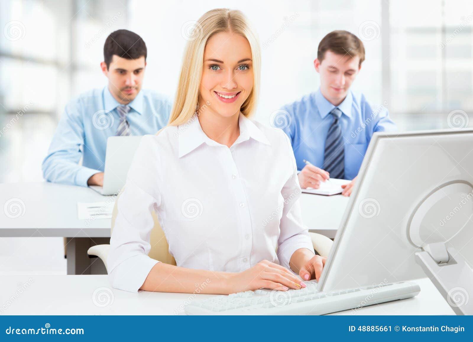Śliczny bizneswoman w biurze