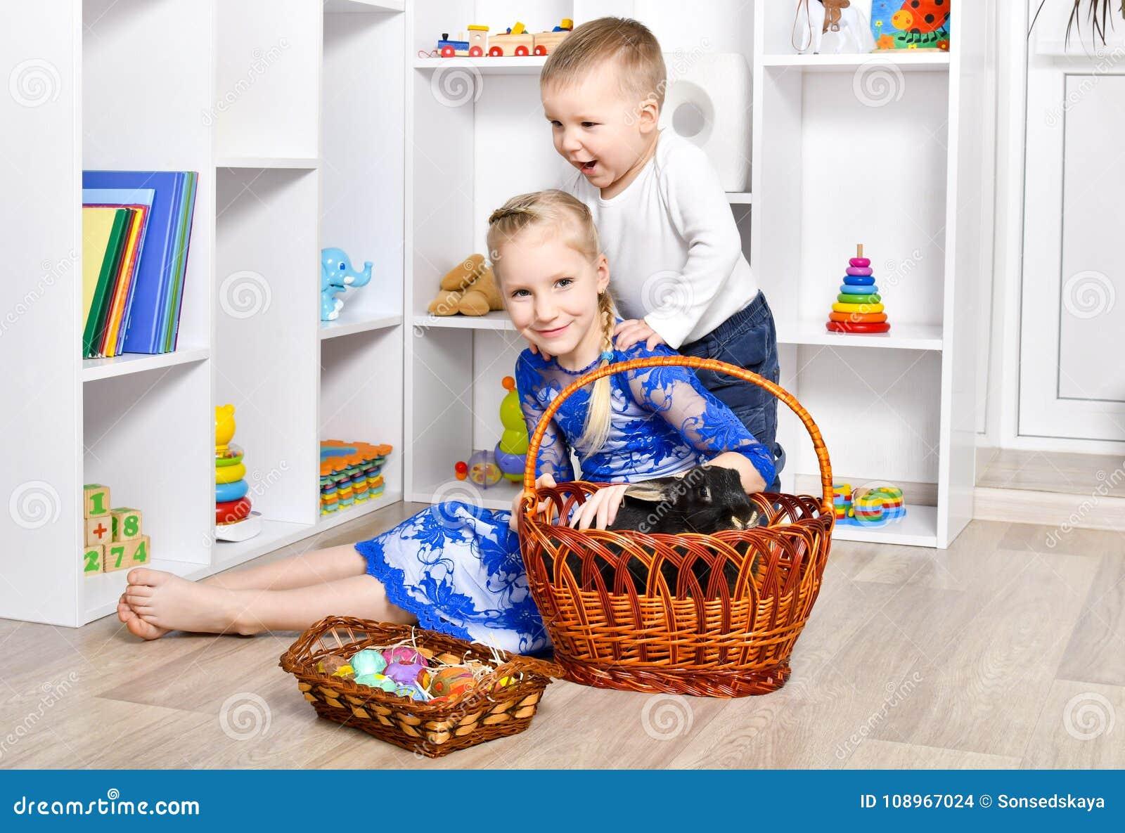Śliczny brat i siostra bawić się dla wielkanocy