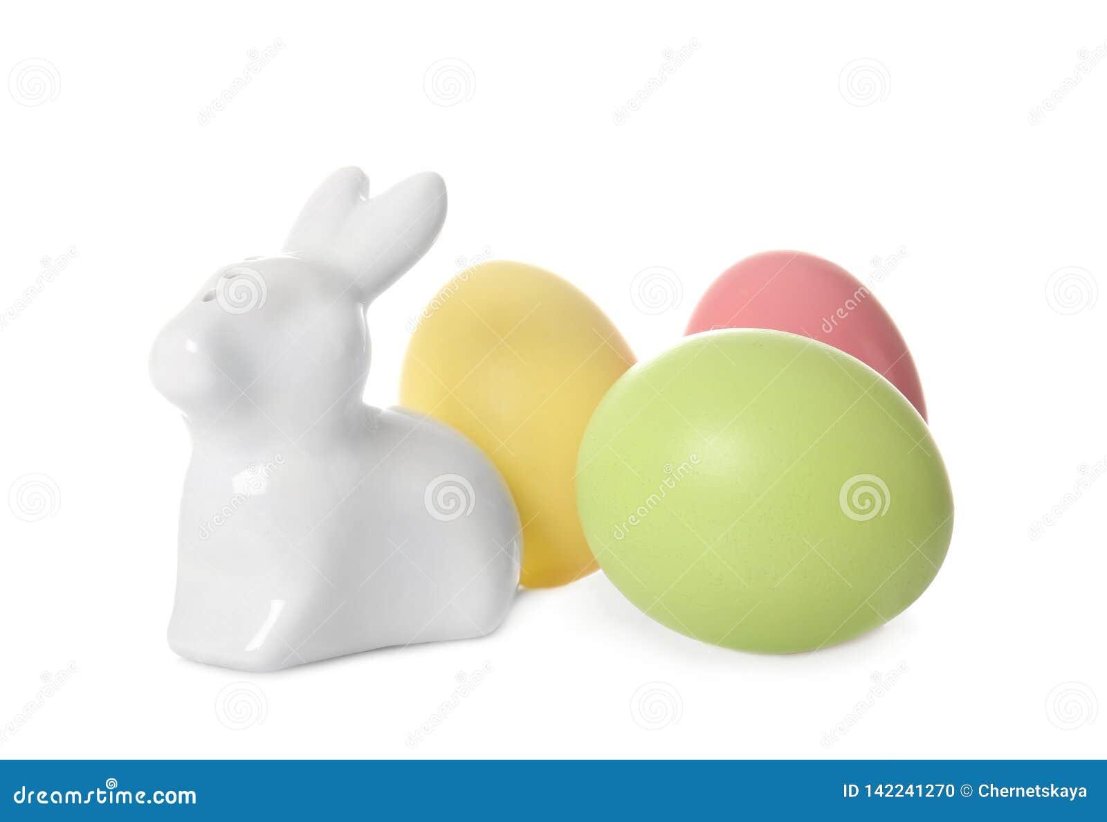 Śliczny ceramiczny Wielkanocny królik i farbujący jajka