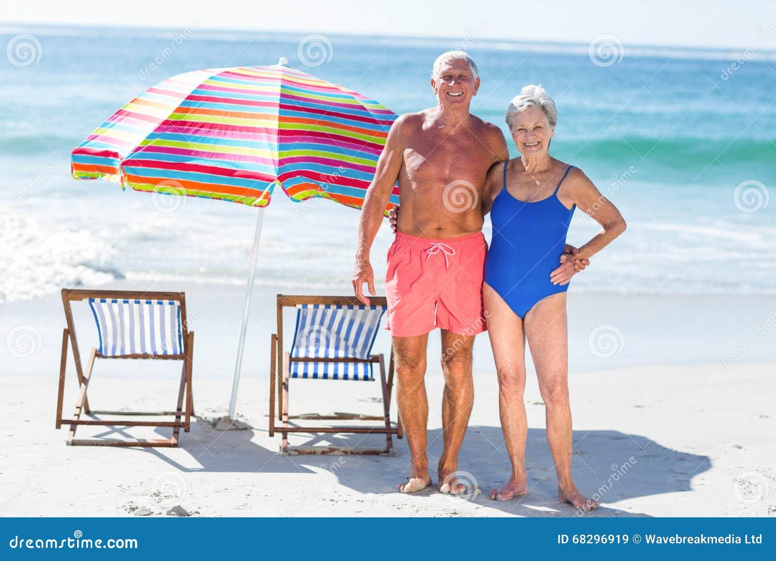 Śliczny dorośleć pary pozuje na plaży