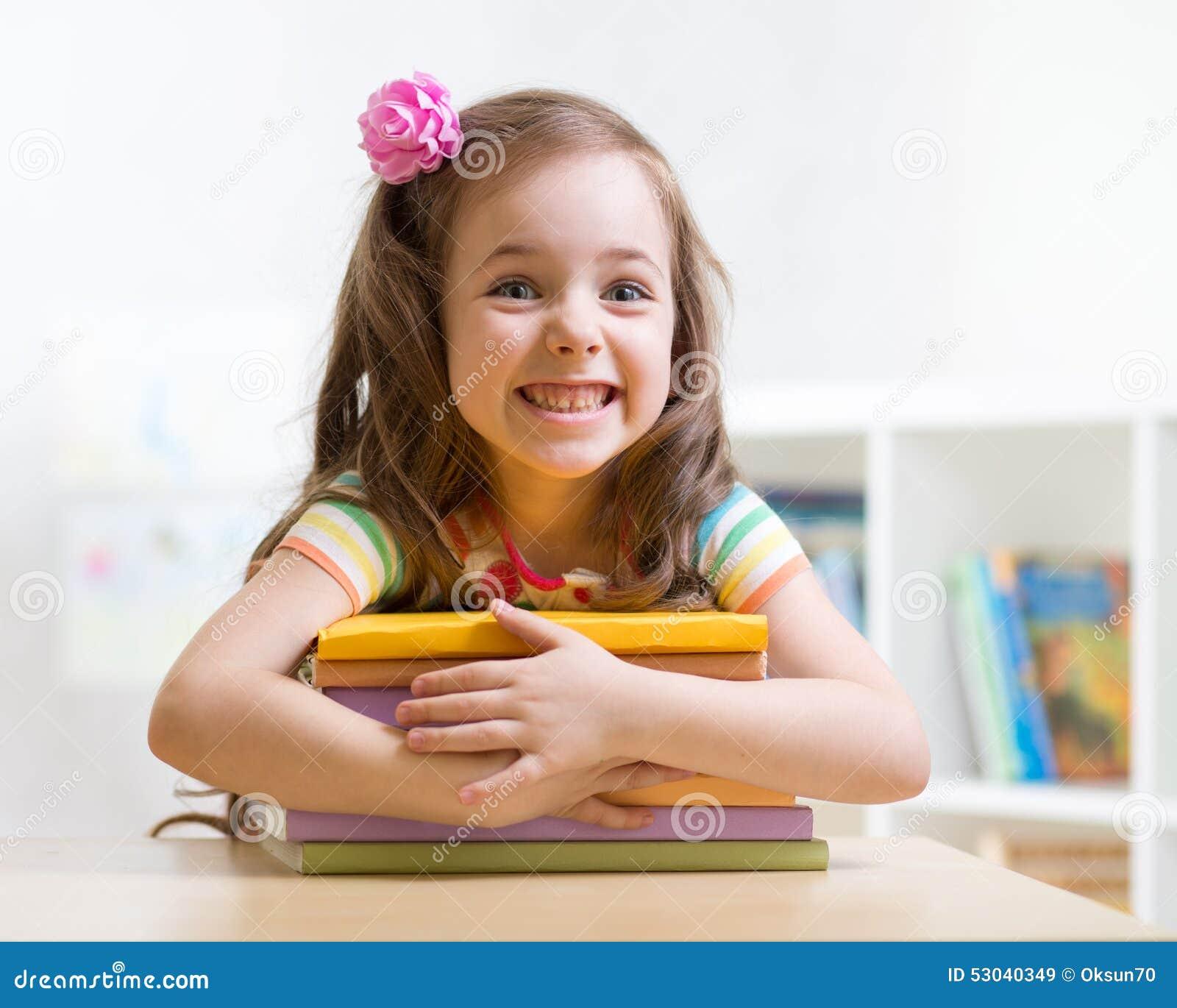 Śliczny dzieciak dziewczyny preschooler z książkami