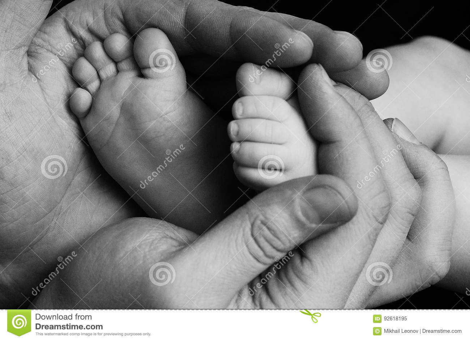 Śliczny dziecka dziecka niemowlę mała stopa w ojciec rękach Klasyczny zbliżenie strzał o wartościach rodzinnych i rodzica dziecka