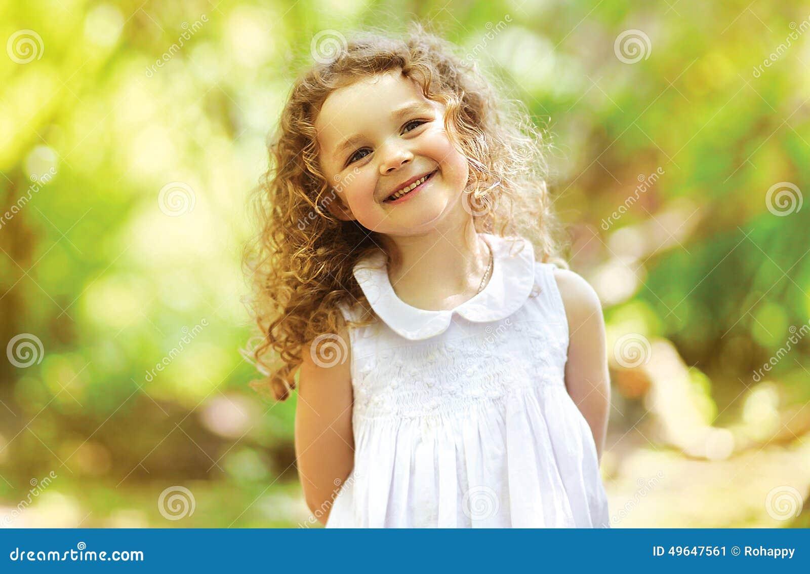 Śliczny dziecko błyszczący z szczęściem