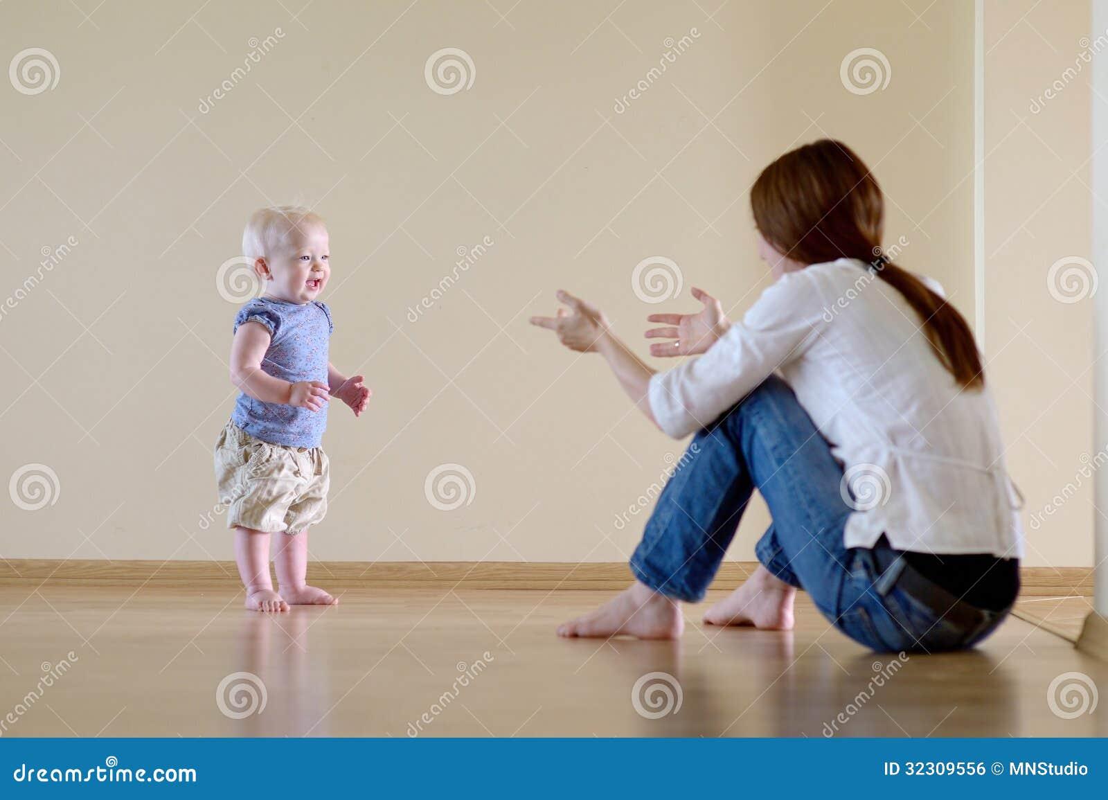 Śliczny dziewczynka uczenie chodzić