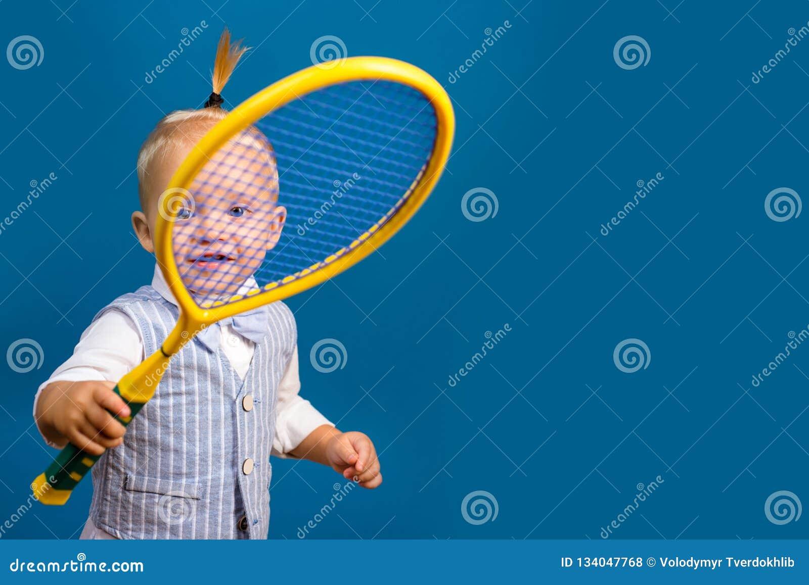 Śliczny i energiczny Mały sporta kochanek Uroczy małe dziecko z tenisowym kantem Aktywny szczęśliwy dziecko Mały tenis