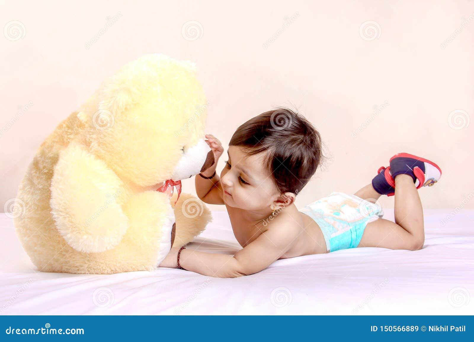 Śliczny Indiański dziecka dziecko bawić się z zabawką