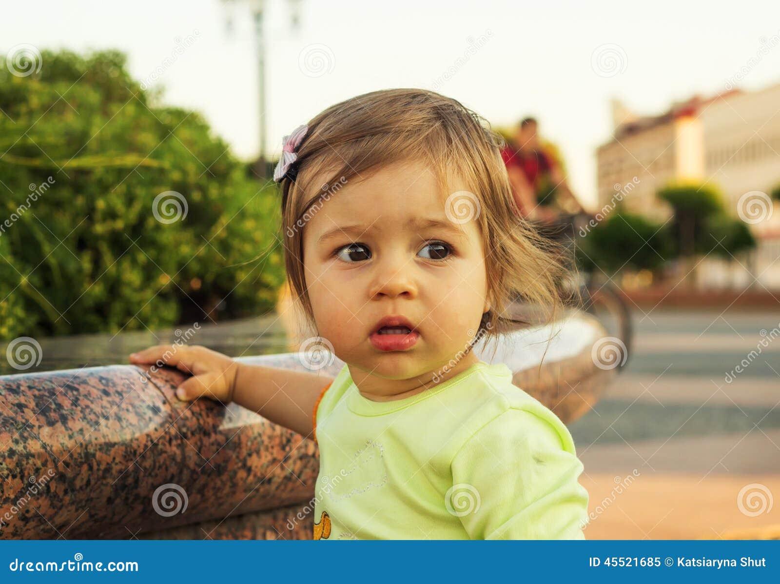 Śliczny małe dziecko patrzeje z interesem