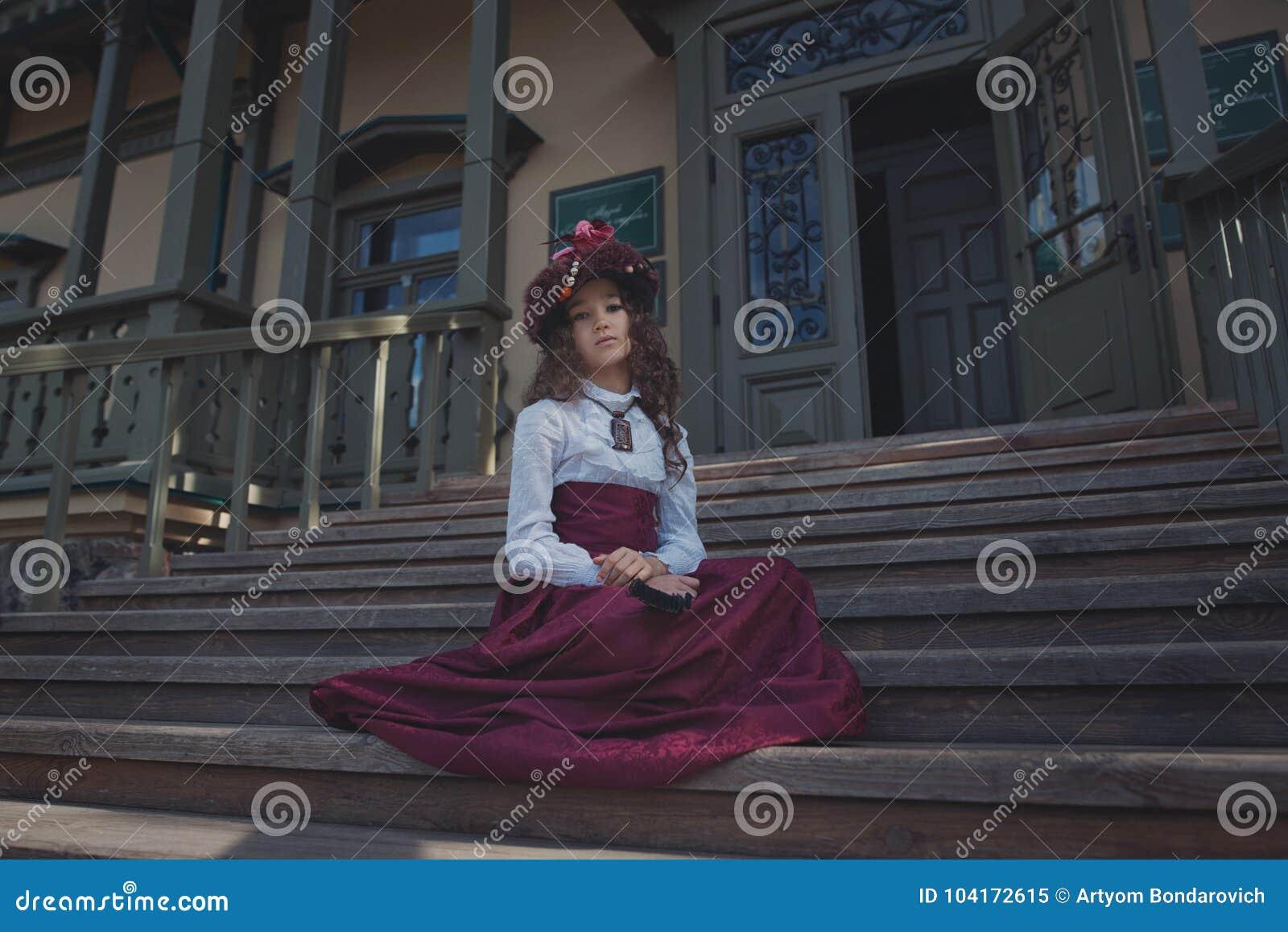 Śliczny mały caucasian dziewczyny być ubranym retro odziewa Ładny żeński dziecko w pięknej rocznik sukni