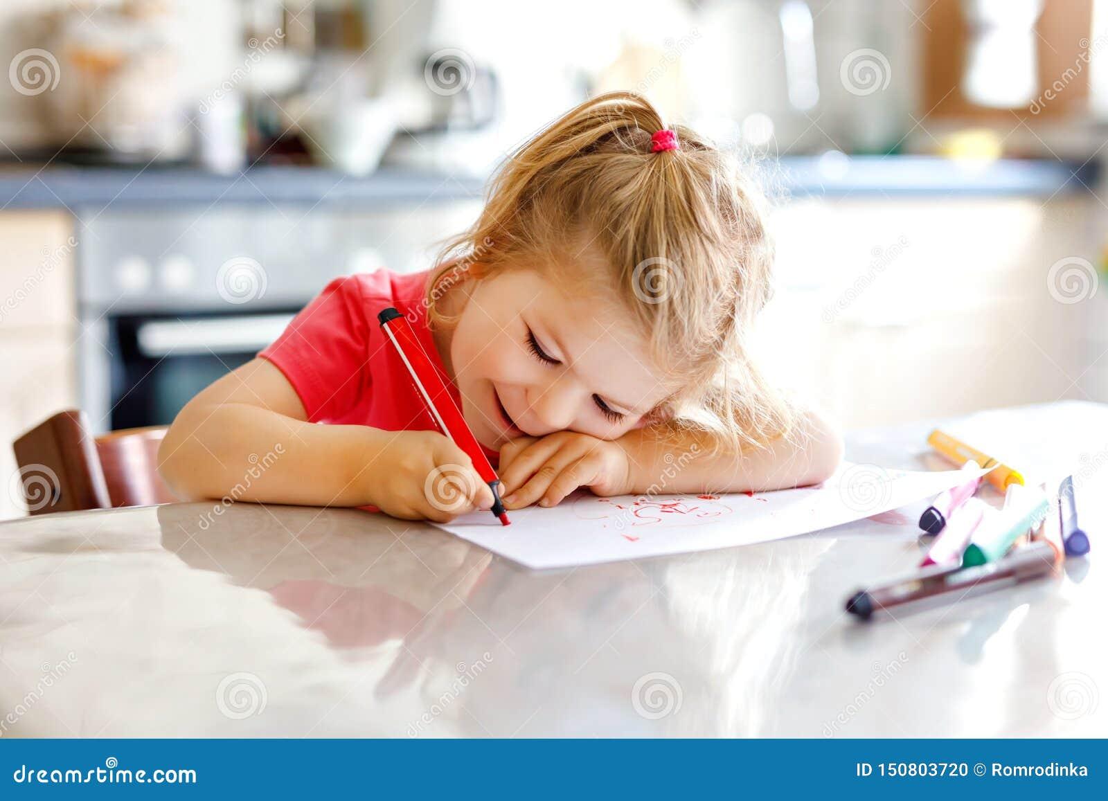 Śliczny mały dziecko berbecia dziewczyny obraz z kolorowymi ołówkami w domu Uroczy zdrowy szczęśliwy dziecko uczenie rysunek obok