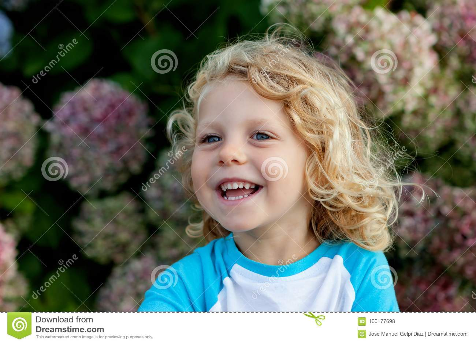 Śliczny mały dziecko z długie włosy