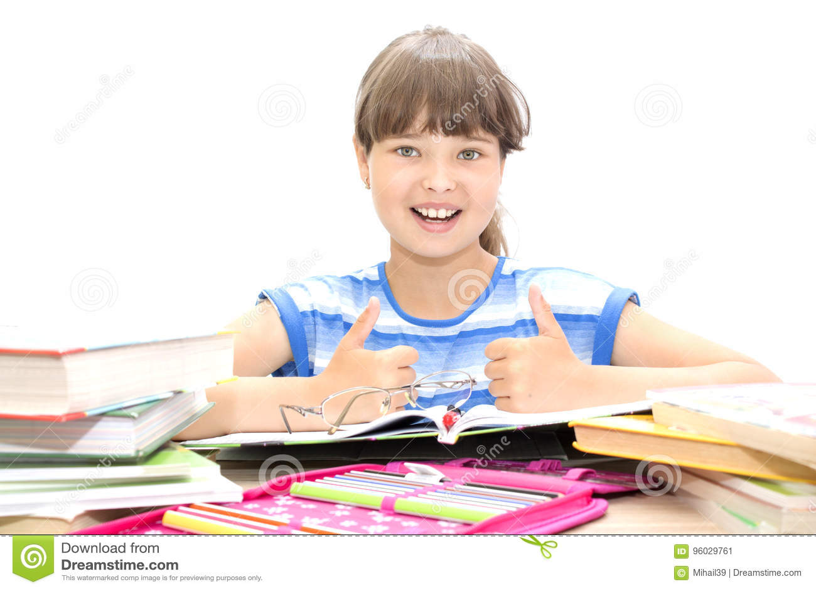 Śliczny nastolatek z książkami na białym tle