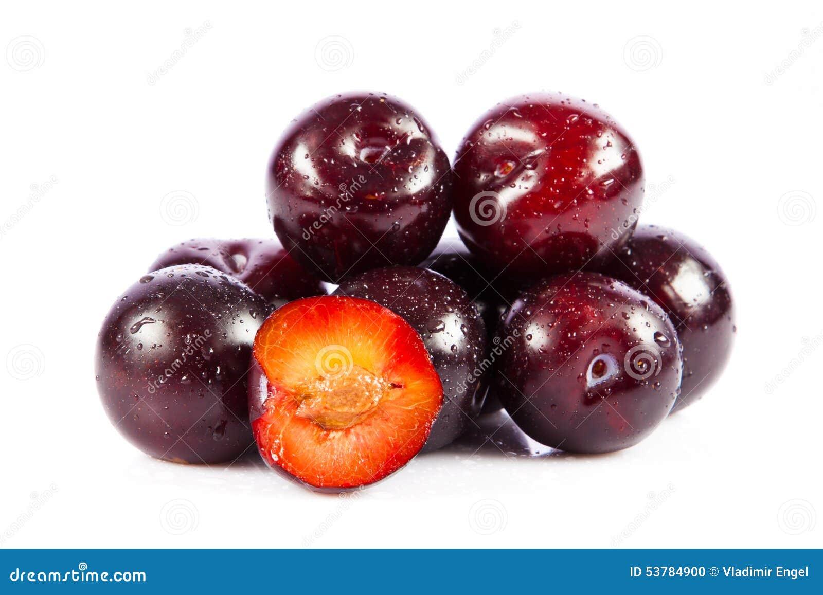 Śliwki odizolowywać na białych tło owoc karmowych