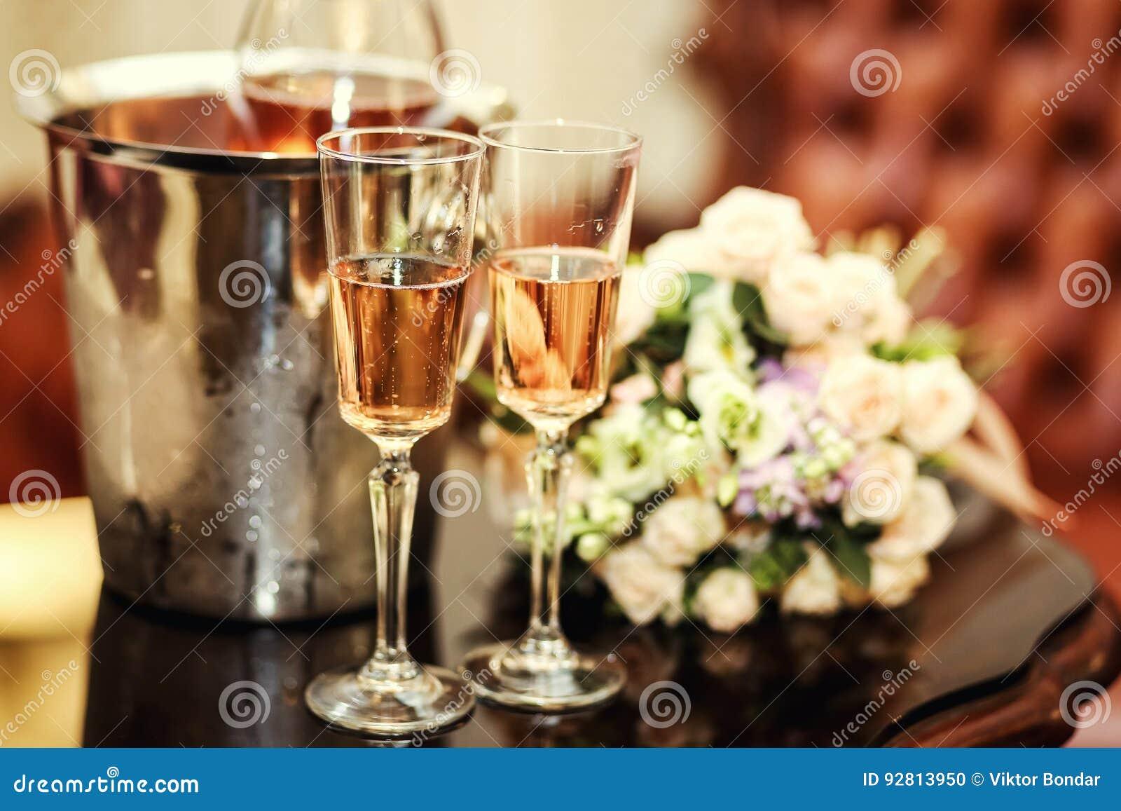 Ślubna dekoracja z dwa szkłami szampan na ceremonii, poślubia