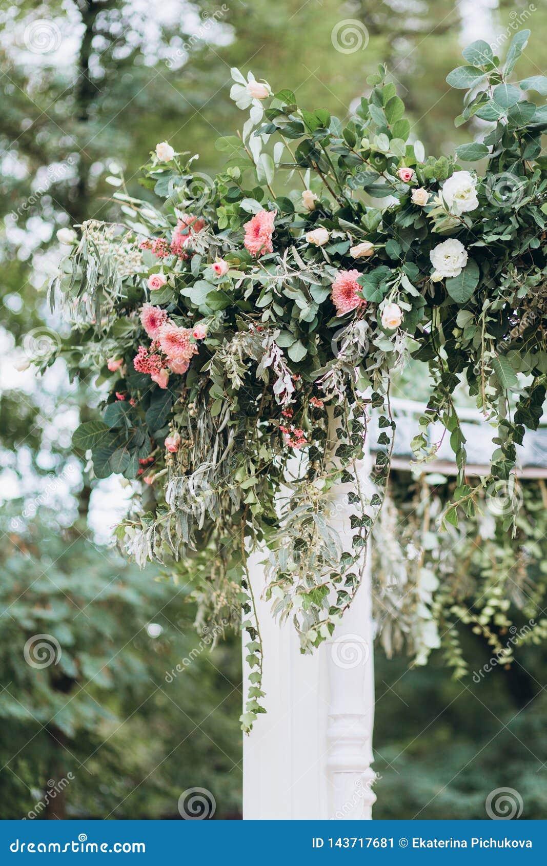 Ślubna dekoracja z florystyką