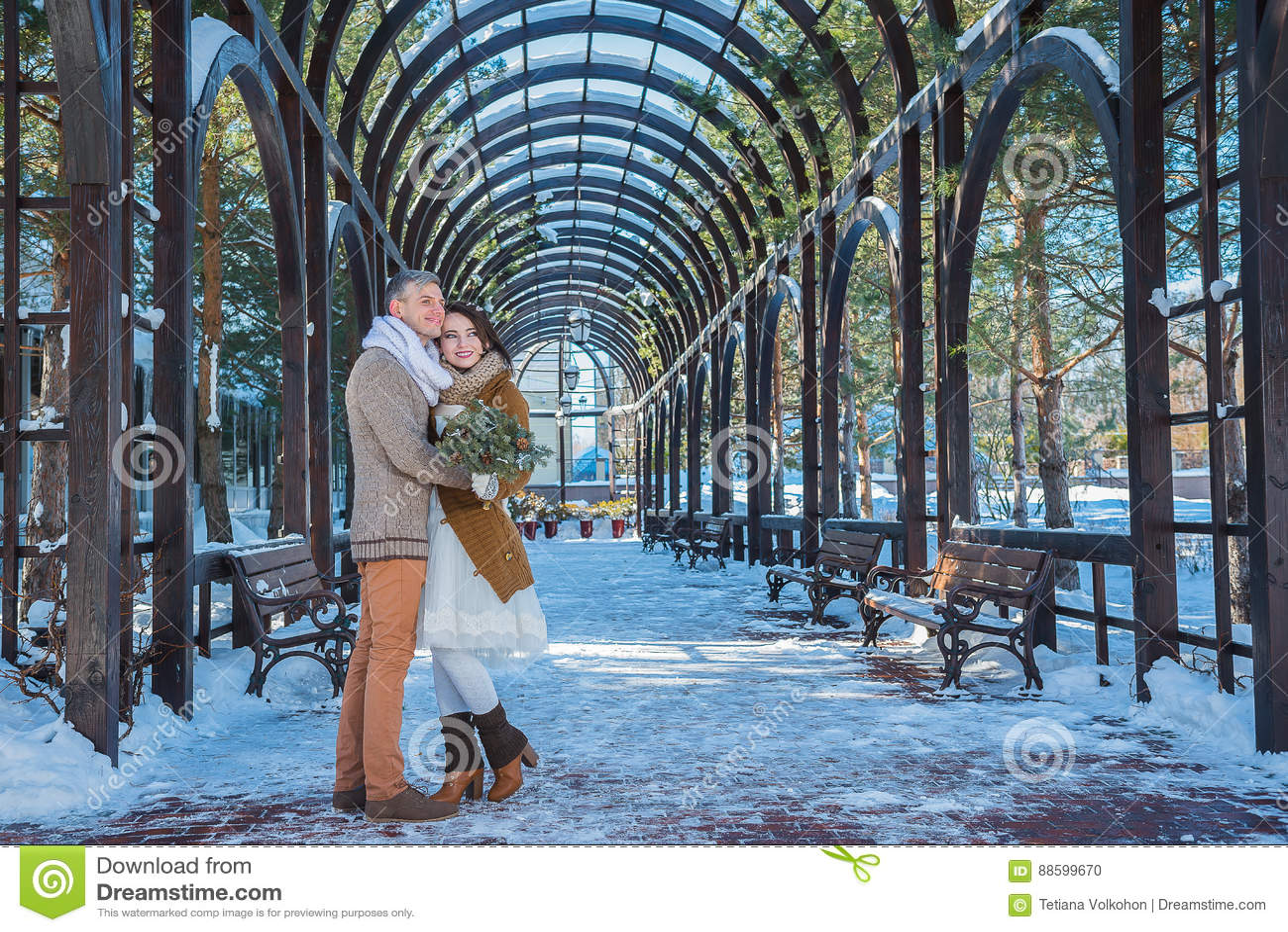 Ślubna para w widowiskowym więdnie dzień, chodzi, geometria wieśniaka stylu skrótu ślubna suknia Dziewczyny brunetka piękna panna