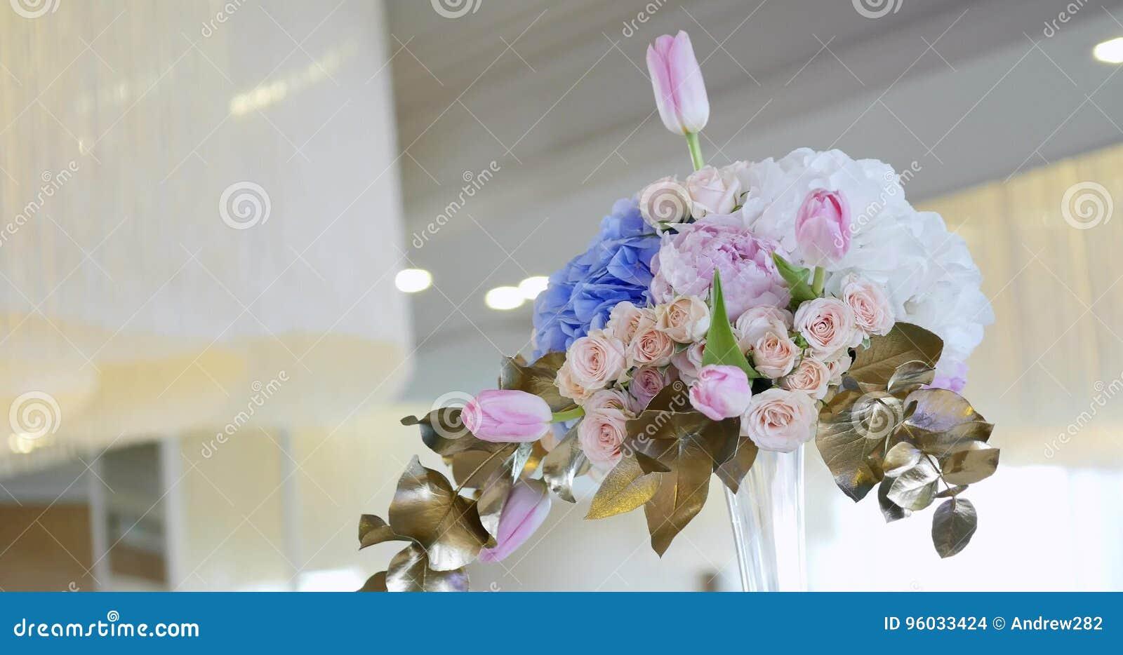 Ślubna stołowa dekoracja z kwiatami, kwiat dekoraci ślubu stół, ślubna kwiaciarnia