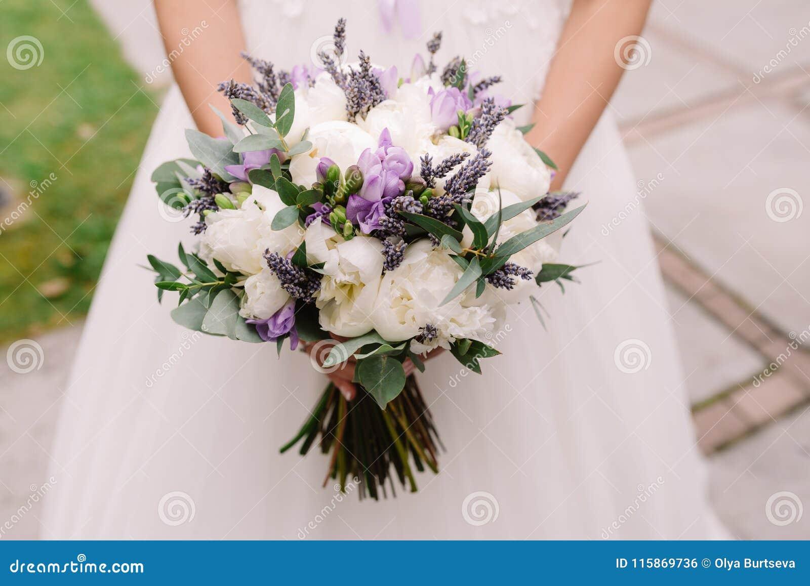 Ślubna suknia, obrączki ślubne, ślubny bukiet