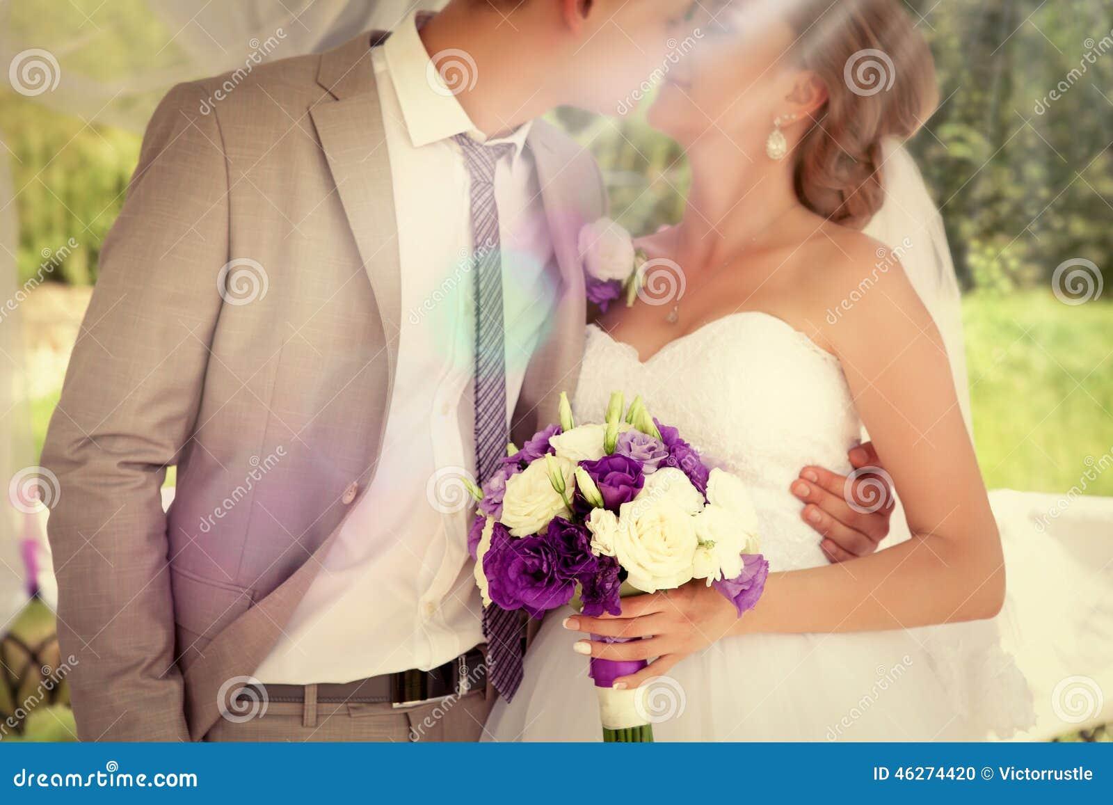 Ślubne pary państwa młodzi mienia ręki
