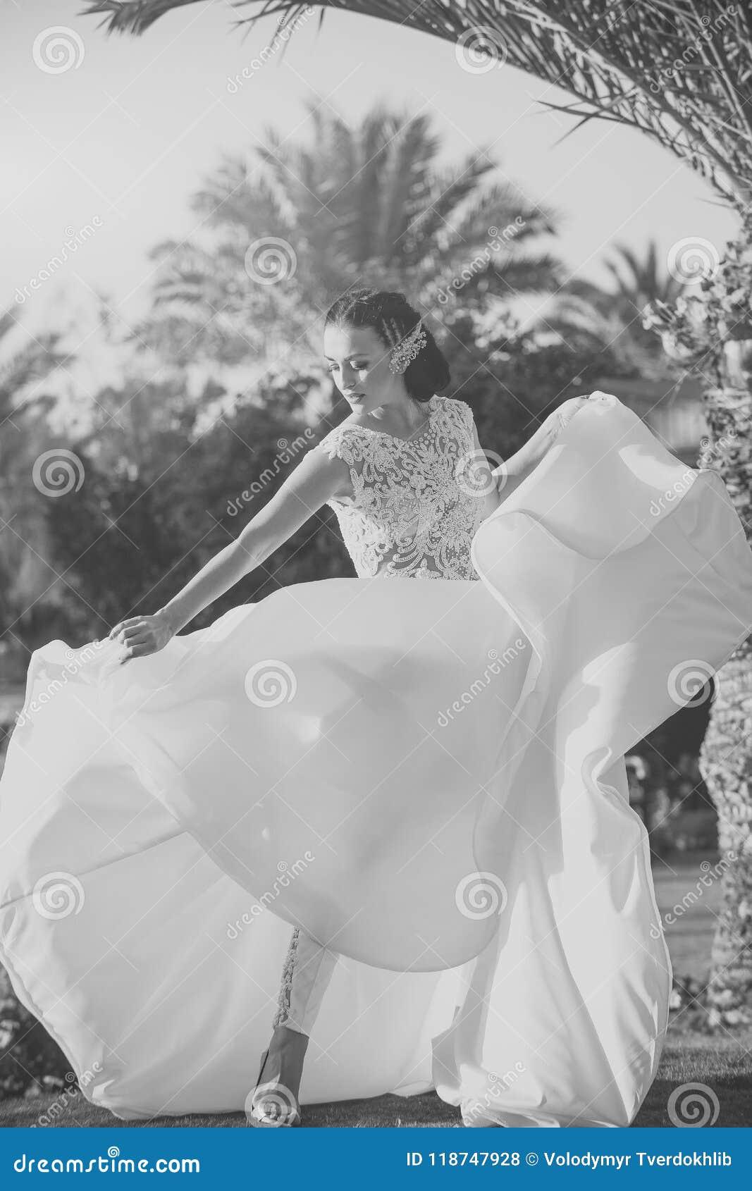 Ślubne suknie Kobiety panna młoda w z piękną białą ślubną suknią i spodniami