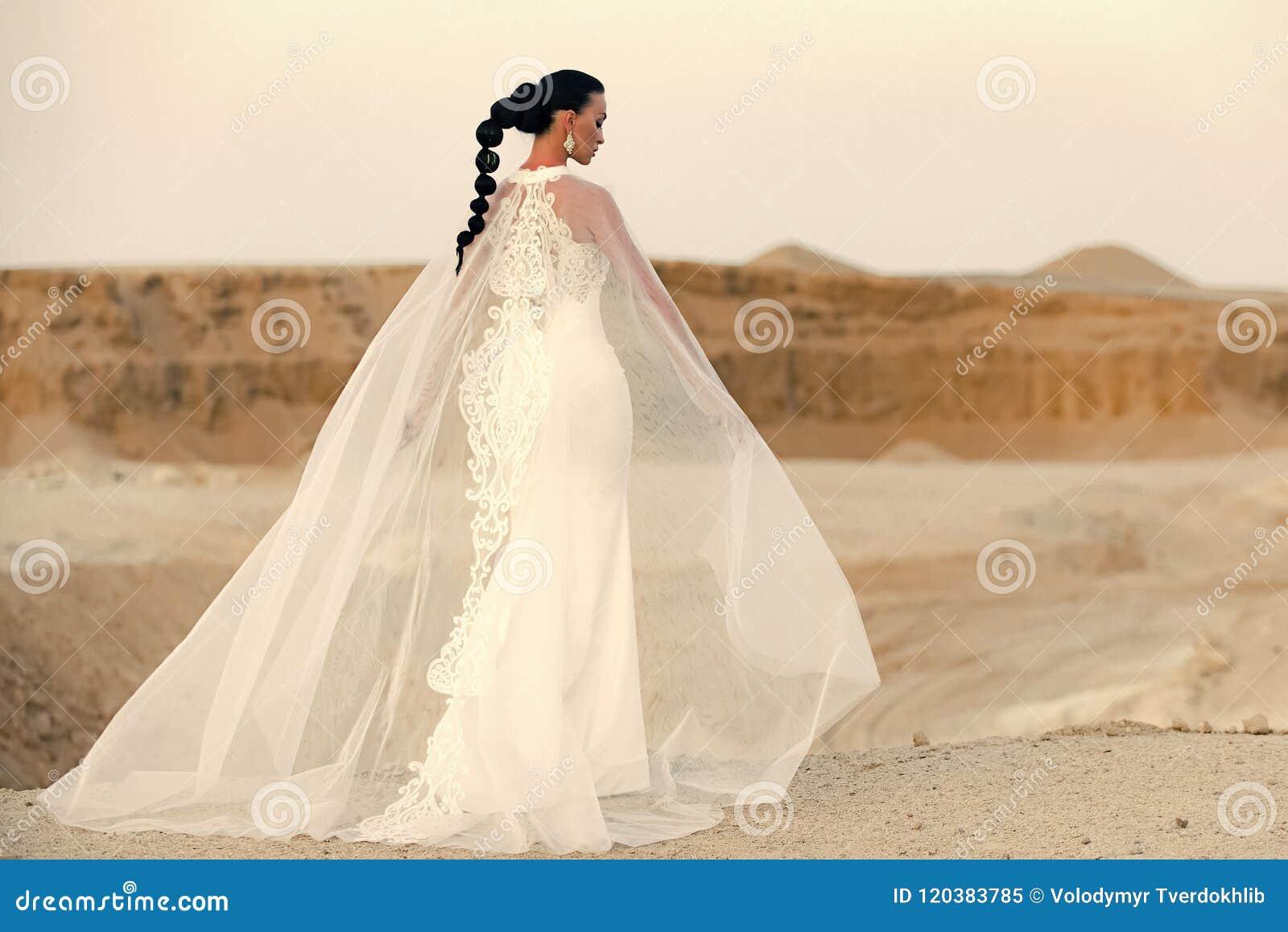 Ślubne suknie pustynny target1569_0_ dziewczyny