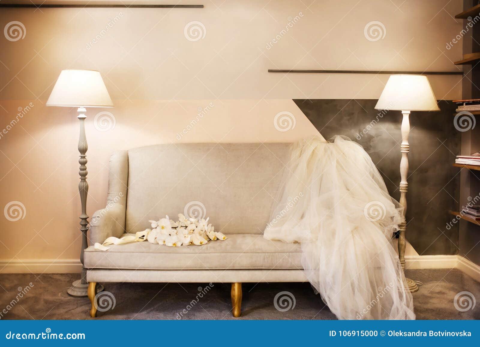 Ślubny bukiet i przesłona na kanapie