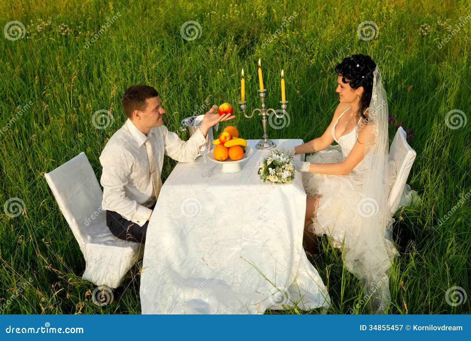 Ślubny gość restauracji na polu