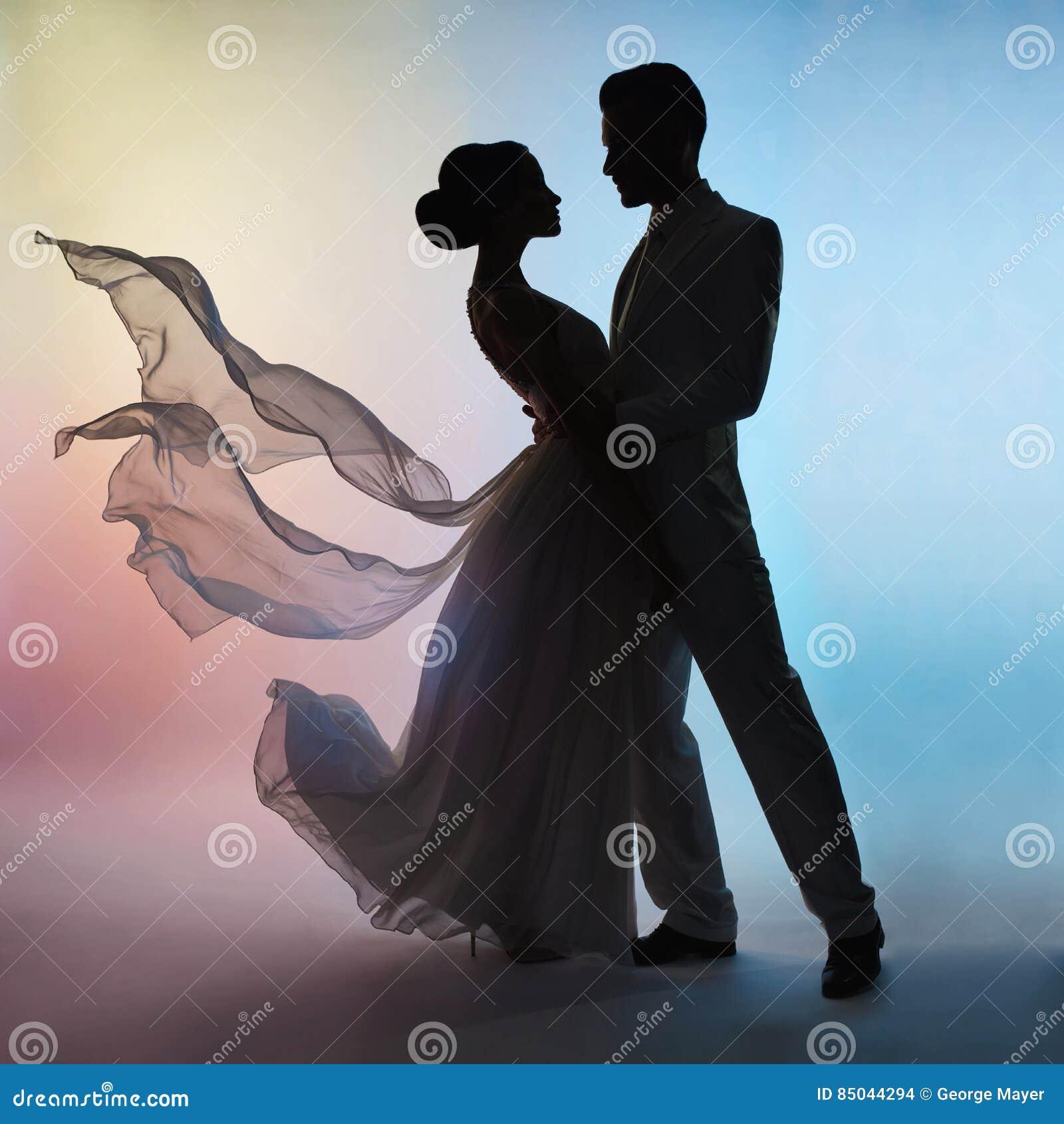 Ślubny pary sylwetki fornal i panna młoda na koloru tle