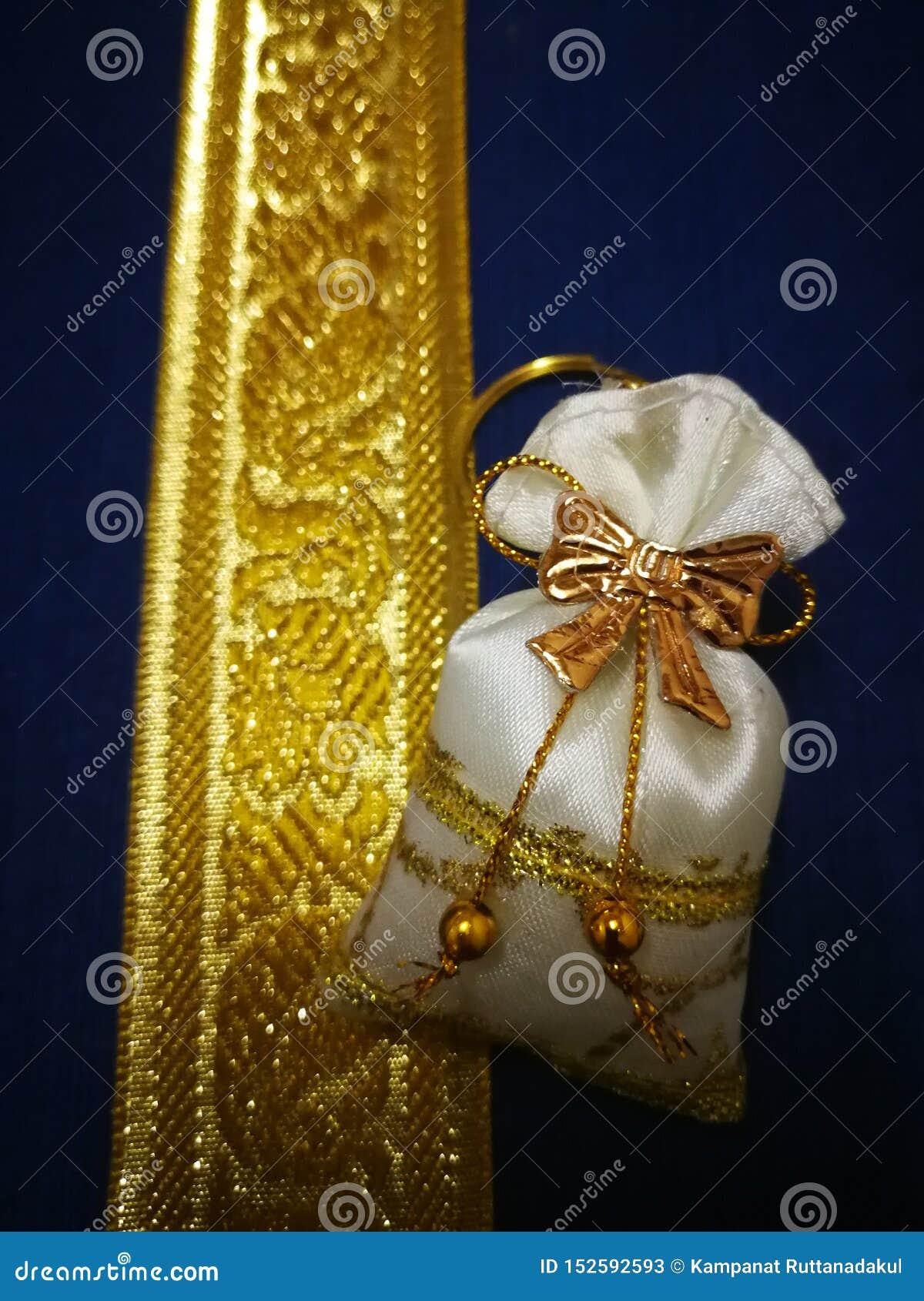 Ślubny prezent jest złotym torbą umieszczającym na barwiącym srebra pudełku