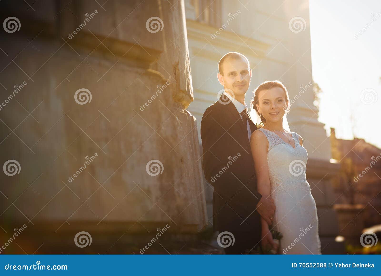 Ślubny spacer blisko katedry
