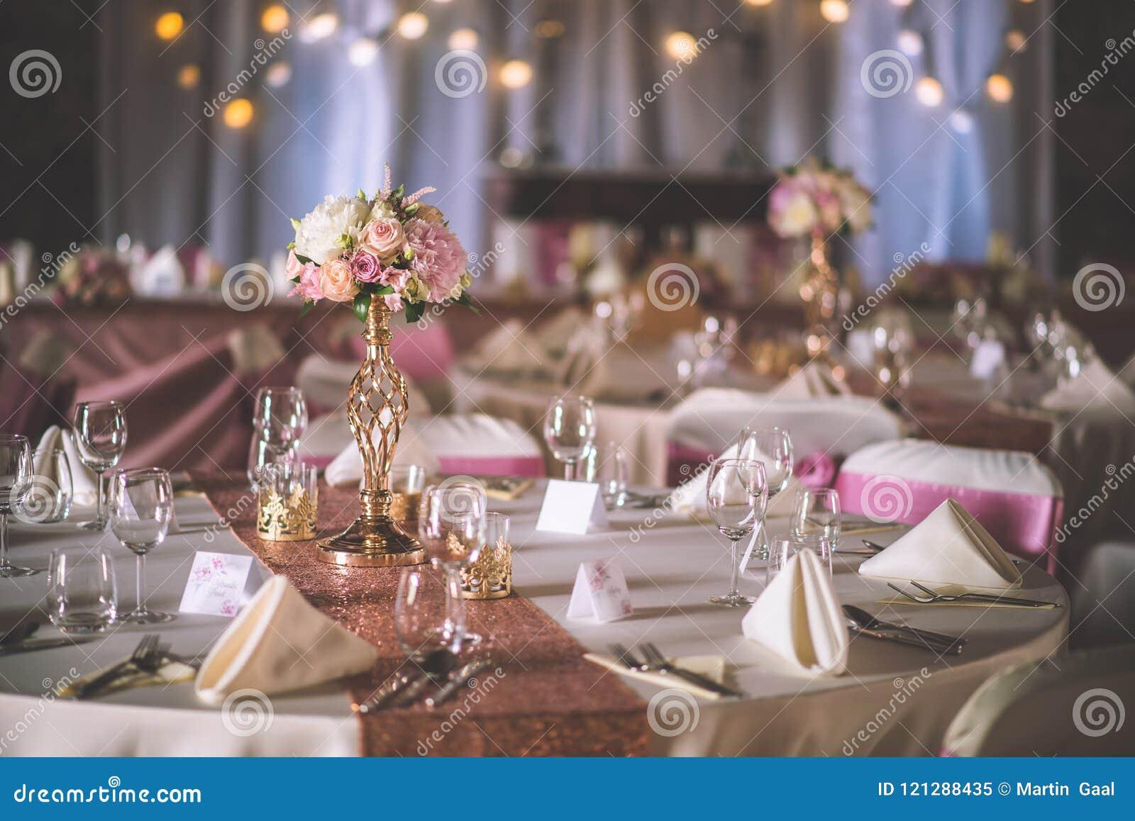 Ślubny stół z wyłącznym kwiecistym przygotowania przygotowywał dla przyjęcia, ślubu lub wydarzenia centerpiece w różanym złocisty