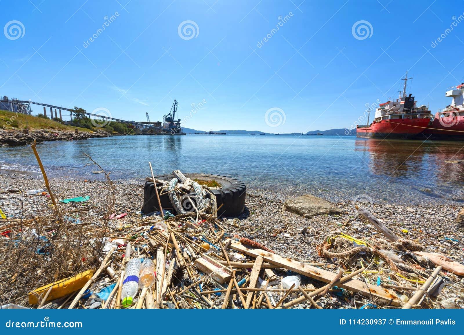 Śmieci i odpady na plaży