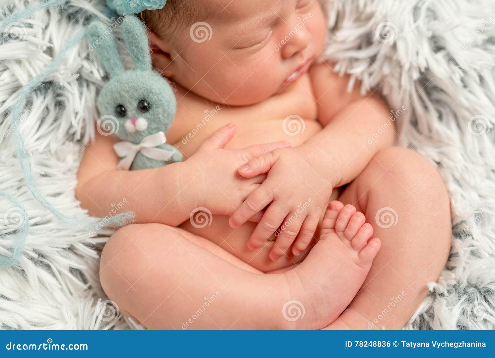 Śmieszna śpiąca nowonarodzona mienie trochę popielata zabawka, zbliżenie
