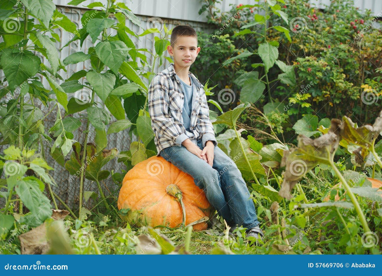 Śmieszna chłopiec z baniami w ogródzie