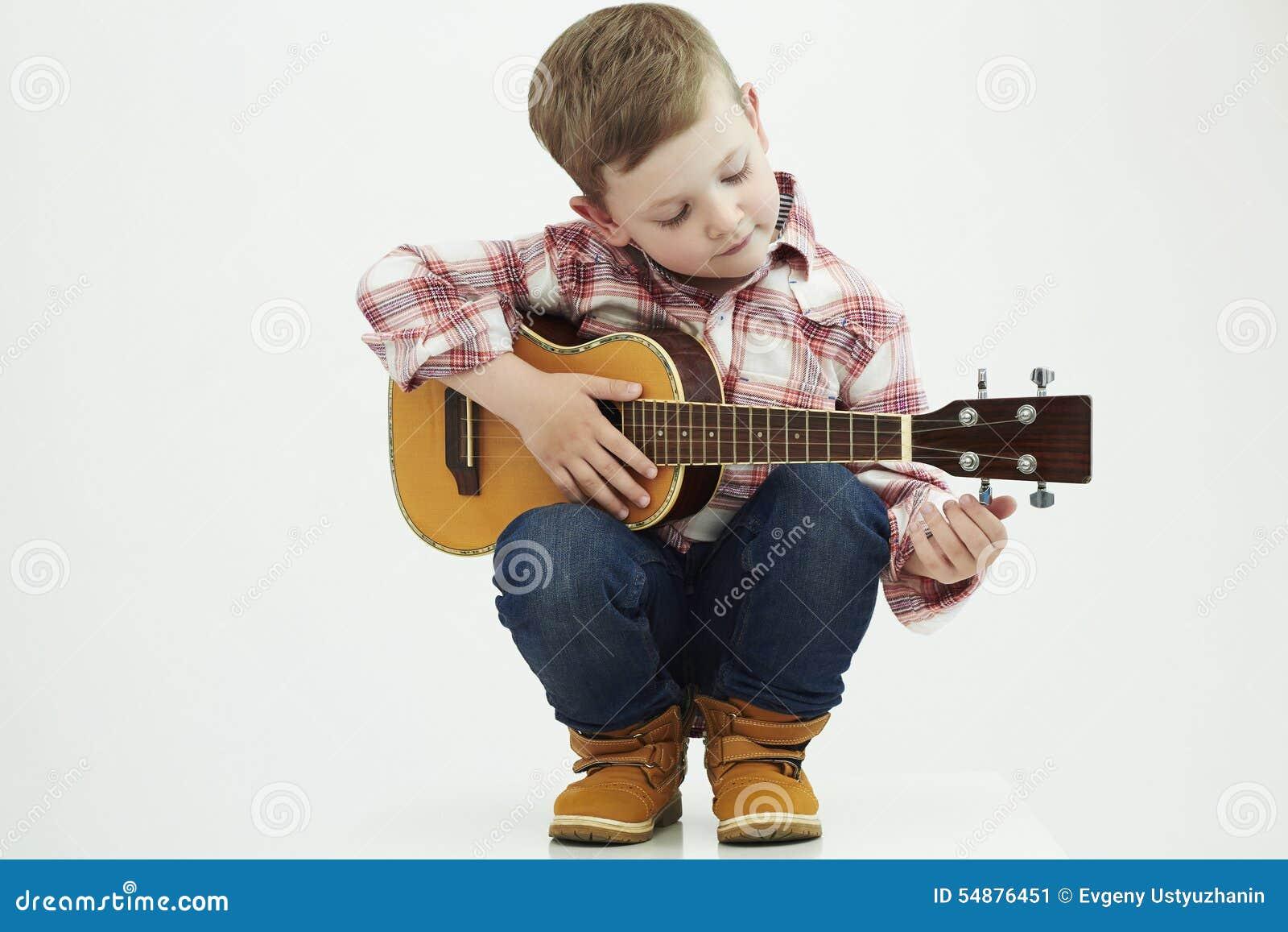 Śmieszna dziecko chłopiec z gitarą kraj chłopiec bawić się muzykę