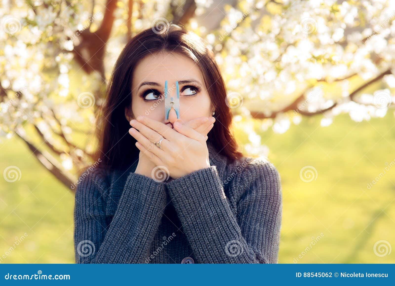 Śmieszna dziewczyna Próbuje Desperackie miary Walczyć wiosen alergie