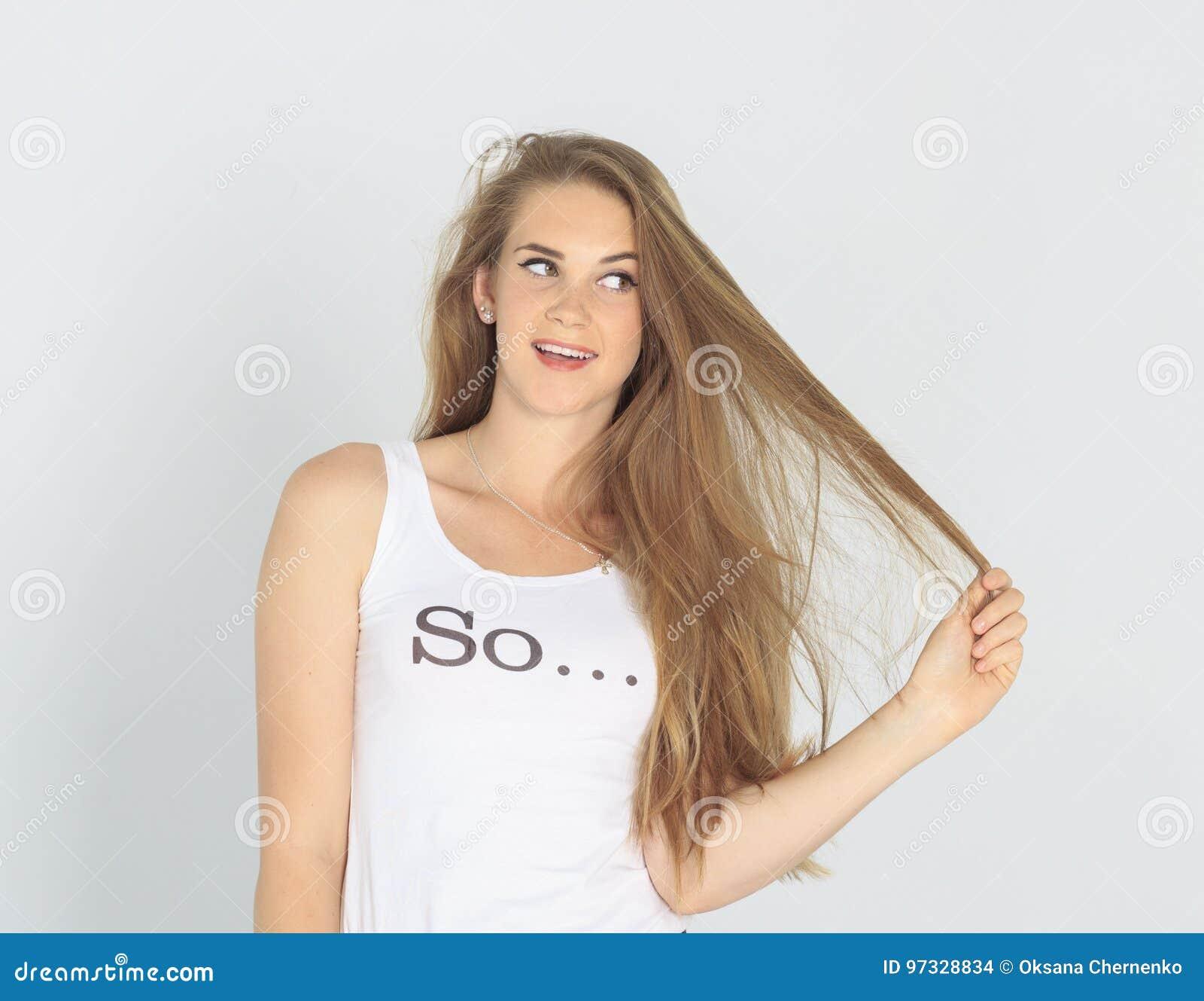 Śmieszna młoda dama ma problem z jej włosy