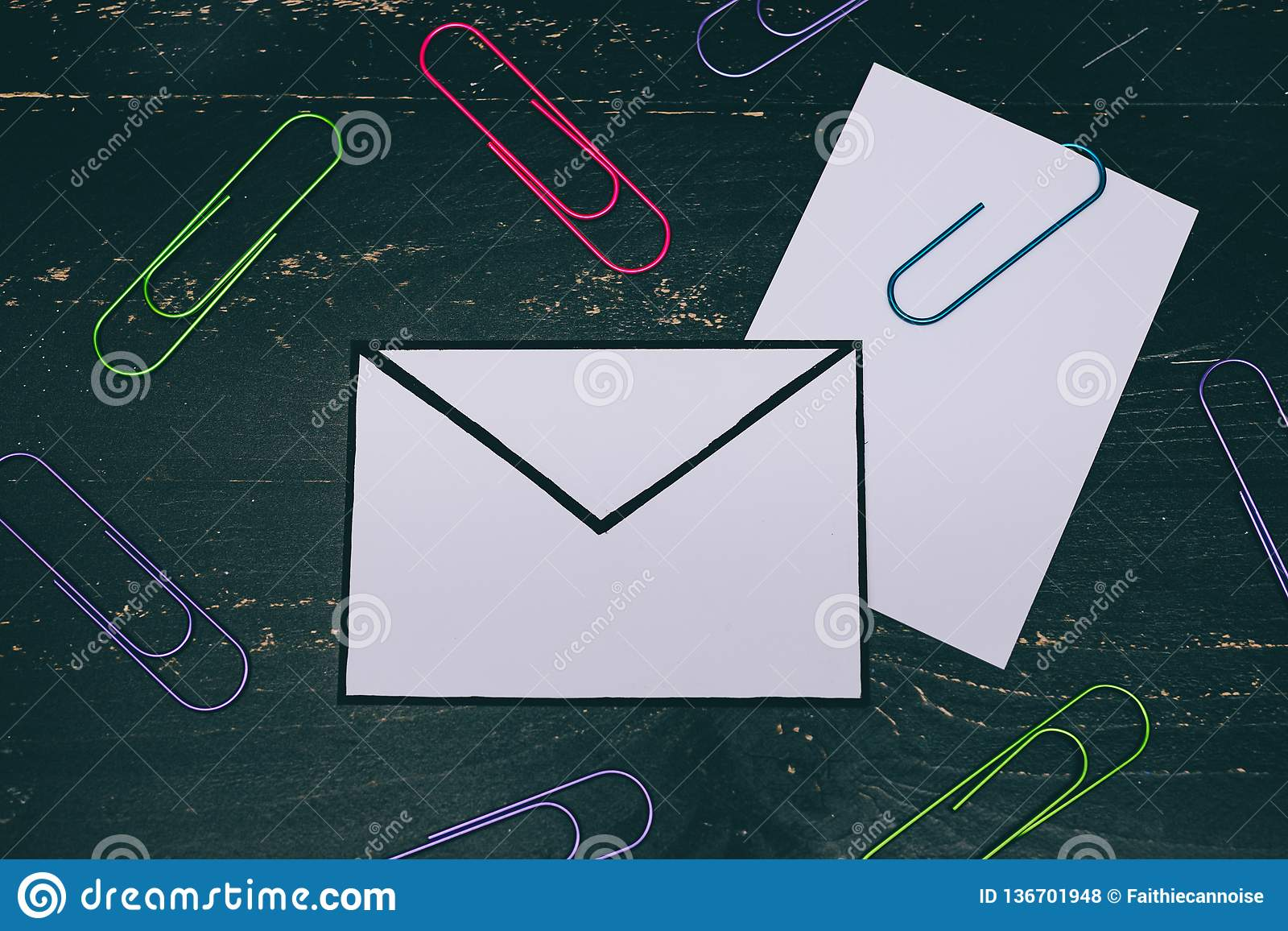Śmieszna metafora inbox z emailem i doczepianie klamerka na realnym biurku odkrywamy