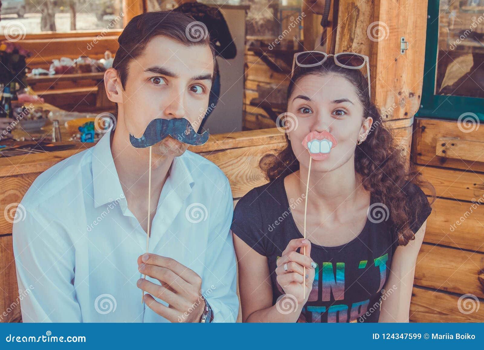 Śmieszna szczęśliwa para pozuje używać fotografii budka wsparcia Movember