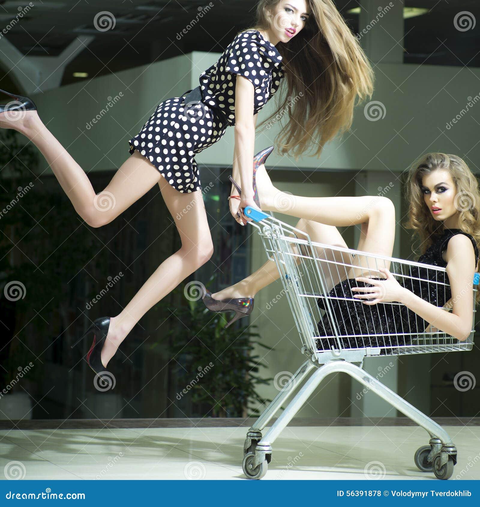 Śmieszne dziewczyny z zakupy tramwajem