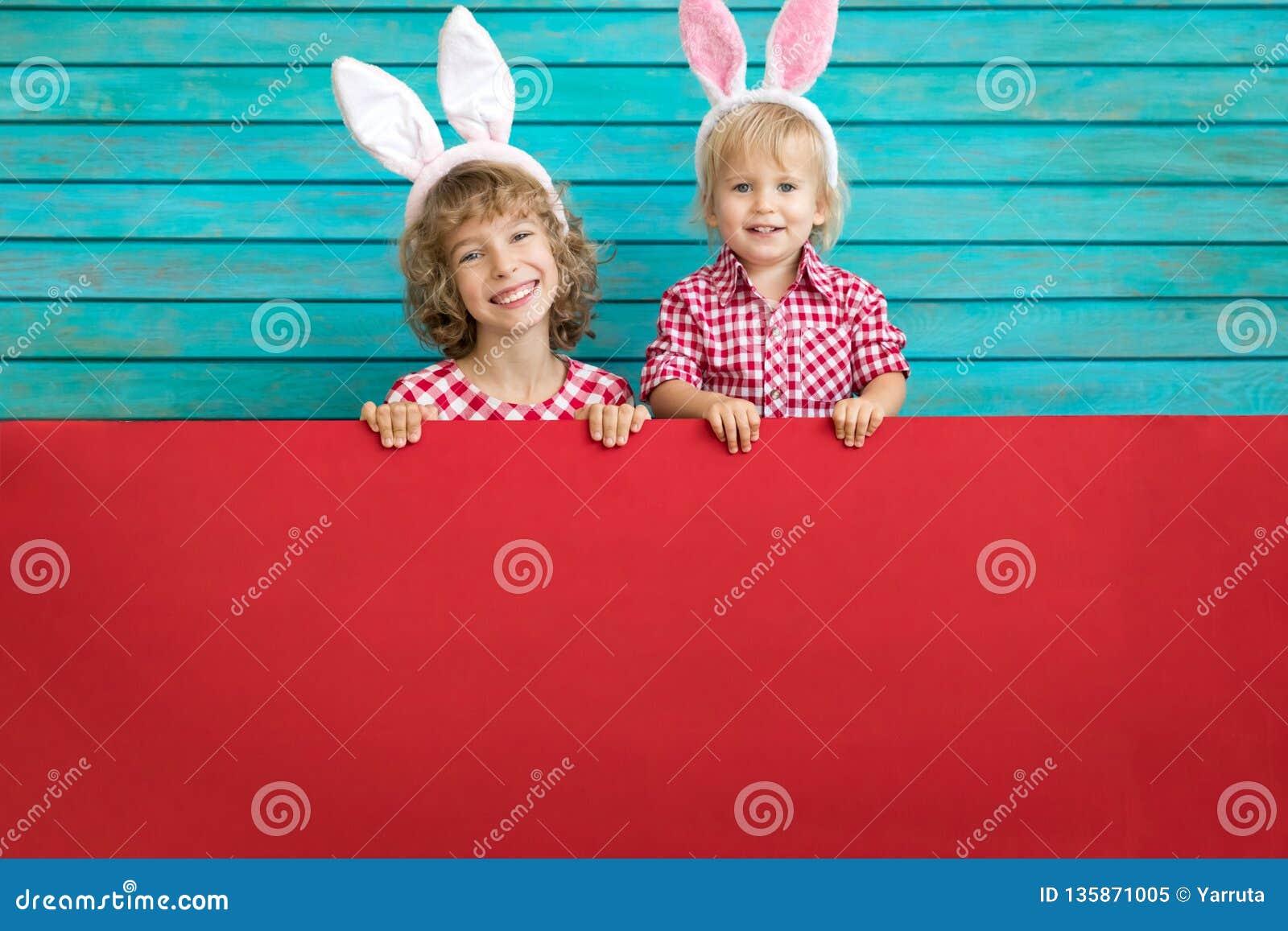 Śmieszni dzieciaki jest ubranym Wielkanocnego królika