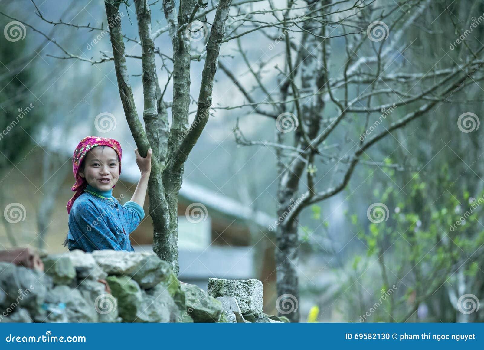 Śmieszni mniejszości etnicznych dzieci w kamieniu one fechtują się przy płuca krzywka wioską