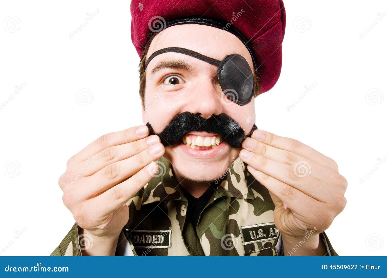Śmieszny żołnierz w wojskowym
