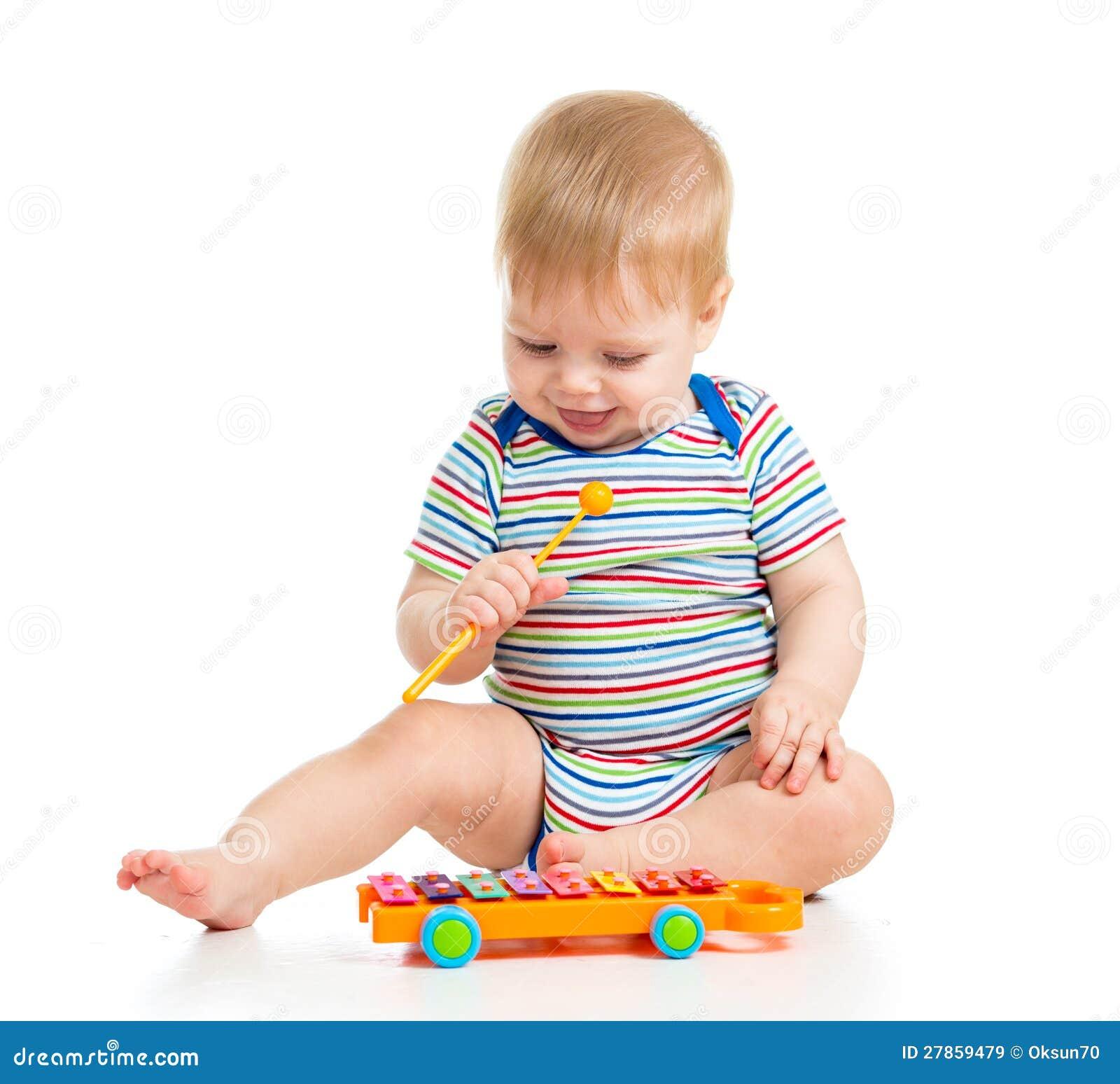 Śmieszny dziecko bawić się z muzykalnymi zabawkami